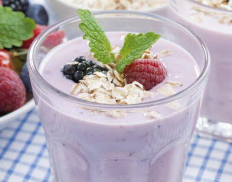 קינוחים ומאפים - גלידת יוגורט ופירות יער בריאה וטבעונית