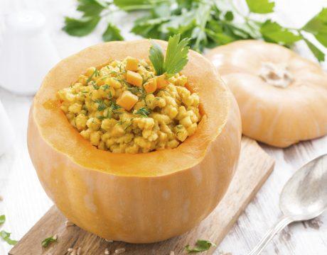 מנות עיקריות - barley porridge baked in a pumpkin